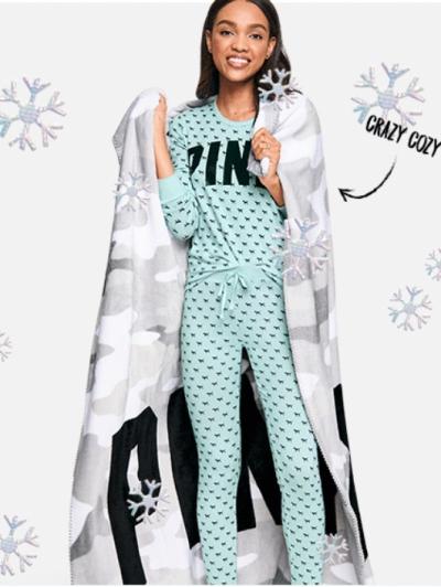 Плед c камуфляжным рисунком VICTORIA'S SECRET PINK Camo Sherpa Blanket